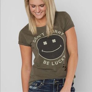 """LUCKY """"Don't Worry Be Happy"""" TEE🍀"""